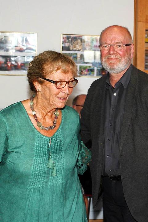 Annemarie Weber mit Tonio Paßlik,  Kulturamtsleiter der Stadt Weil am Rhein.  | Foto: Heiner Fabry