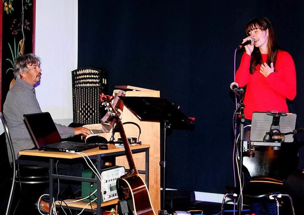 Gestalteten musikalisch die Feier: Mario Enderle und Anna Schneider.  | Foto: Heiner Fabry