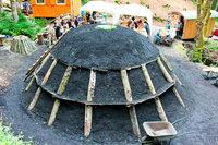 Alte Handwerkskunst: In Wieden wird der Kohlenmeiler entzündet