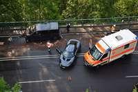 Lotus rammt Kleinbus auf der B31 – vier Leichtverletzte