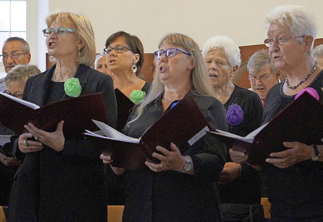 Einen eindrucksvoll-vielstimmigen Ausk...age bot der Schallbacher Gesangverein.  | Foto: Silke Hartenstein