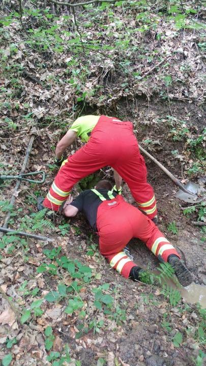 Mit einer umgebauten Hacke versuchten die Feuerwehrleute den Hund zu retten.  | Foto: Felix Held