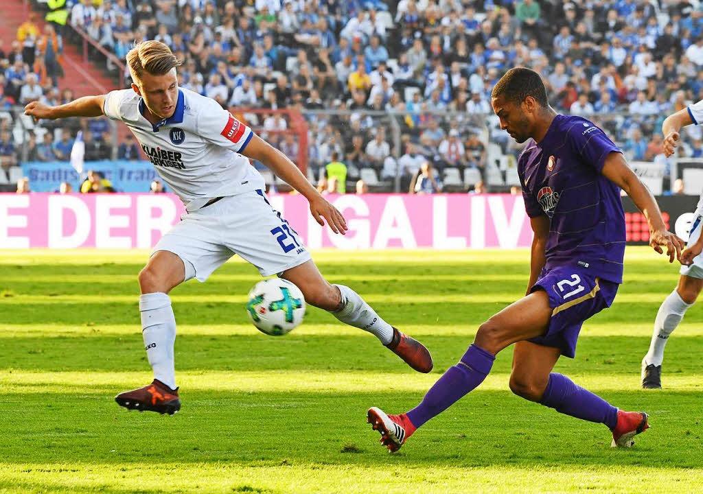Der Karlsruher Marco Thiede (l) und de... Malcom Cacutalua kämpfen um den Ball.  | Foto: dpa
