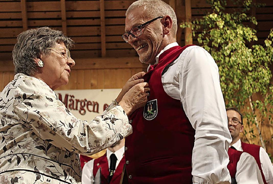 Beate Endres vom Chorverband  ehrte Ulrich Bross für 40-jährige Sangestreue.  | Foto: Erich Krieger