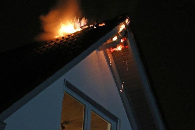 Blitz schlägt ein und setzt Dachstuhl in Flammen