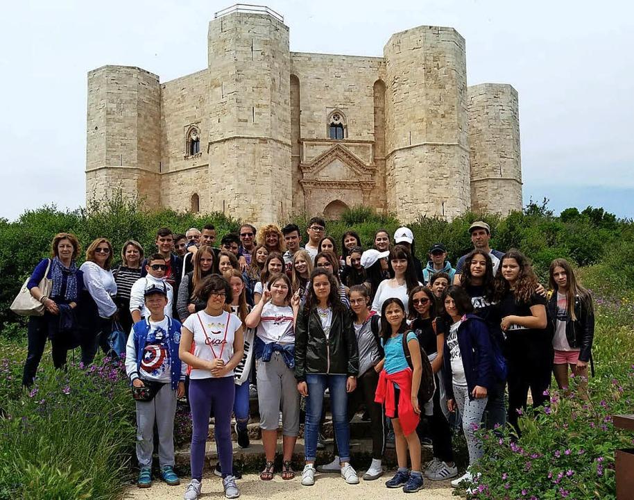 Italienische und deutsche Schüler vor dem Castel del Monte   | Foto: Gatti