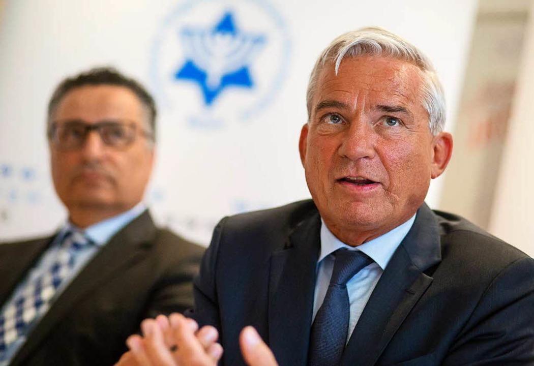 Thomas Strobl (r, CDU), Innenminister ...gemeinschaft (IRG) Baden, Rami Suliman  | Foto: dpa
