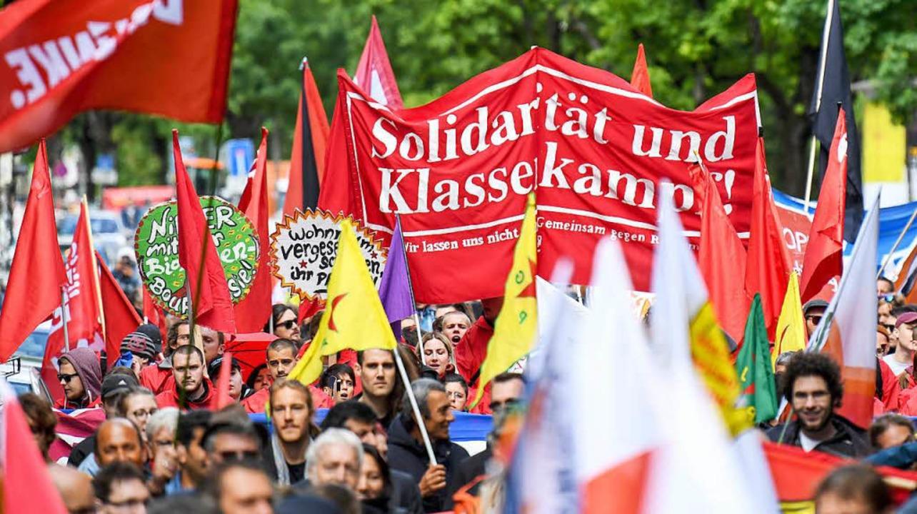 Rund 1000 Demonstranten zogen am Tag der Arbeit durch die Freiburger Innenstadt.  | Foto: dpa