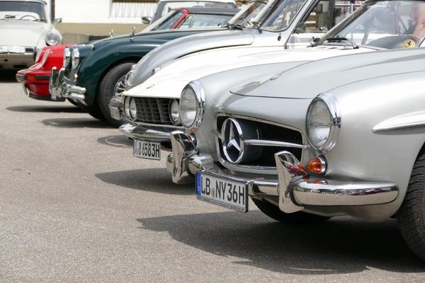 von vorne: Mercedes 190 SL, Fiat Dino, VW  Käfer, Jaguar XK, Porsche 911