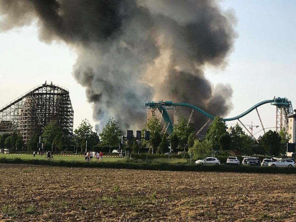 Die Rauchwolke über dem Park war über viele Kilometer hinweg zu sehen.  | Foto: Michael Fees