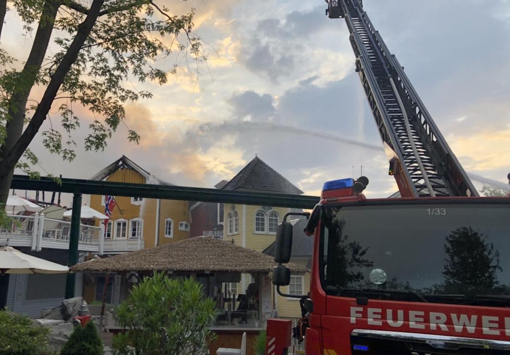 Feuerwehren aus der ganzen Region rück...urg und Karlsruhe kamen Einsatzkräfte.  | Foto: Helmut Seller