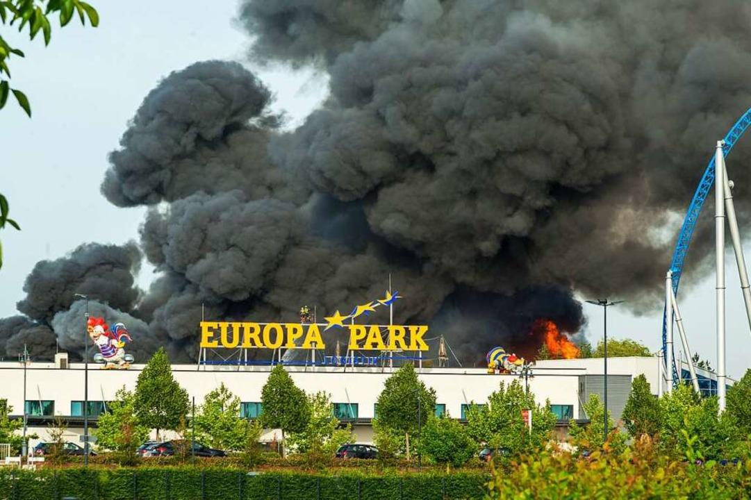 Rauchwolke über dem Europa-Park Rust a...e waren am Samstag im Park im Einsatz.  | Foto: Olaf Michel