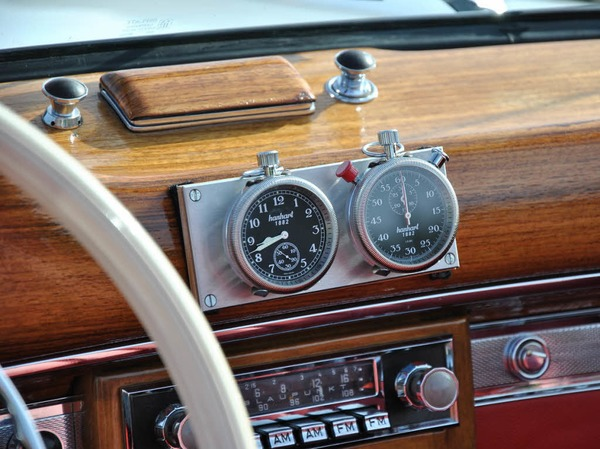 Echte Knöpfchen und Rädchen statt Elektronik-Schnickschnack und Touch-Screen:  Innenraum eines Mercedes  Cabrio von 1957.