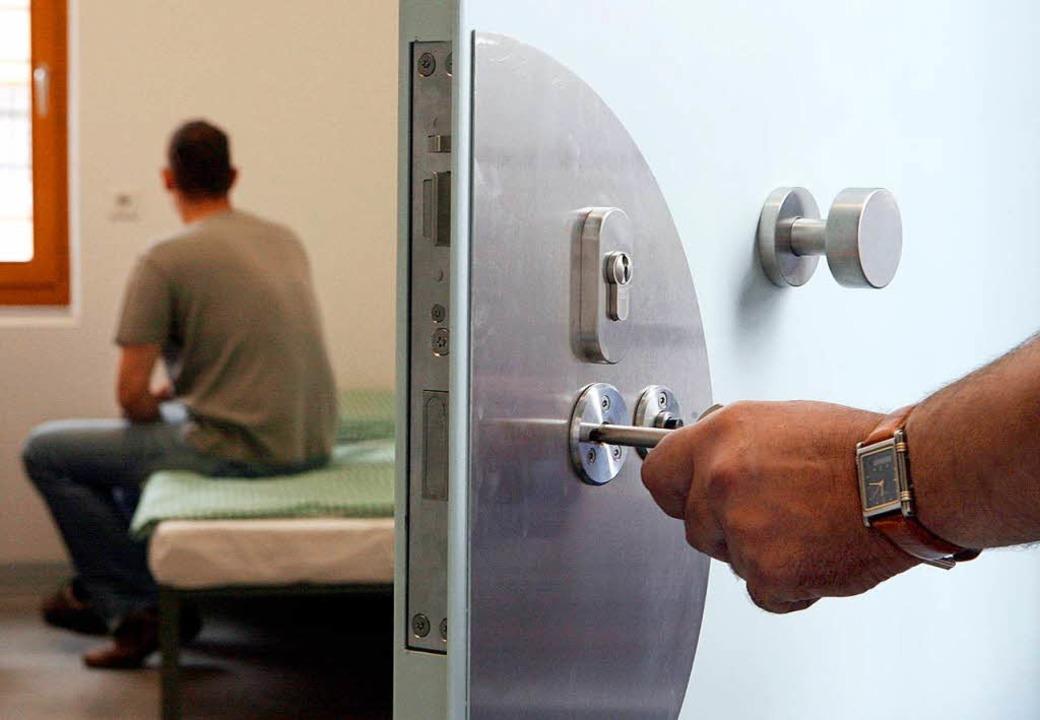 Ein Heranwachsender hinter Gittern. &#...rttembergs Justizminister Guido  Wolf.  | Foto: dpa