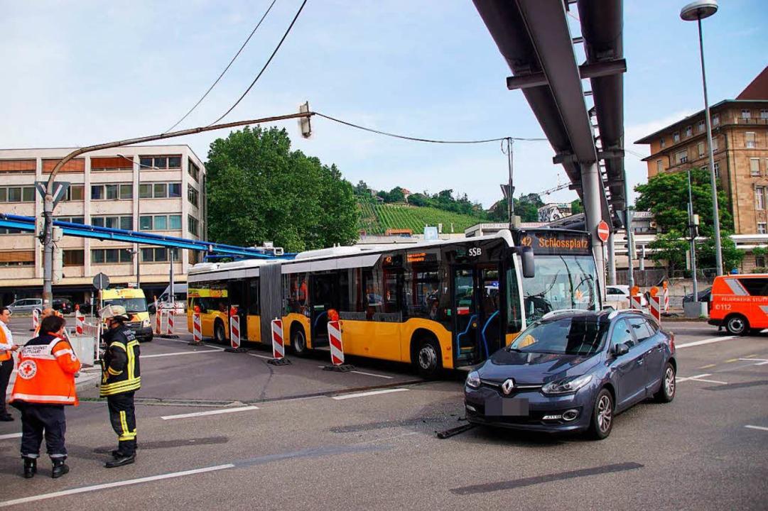 Ein Linienbus ist im Stuttgarter Stadtzentrum mit einem Auto zusammengestoßen.  | Foto: dpa