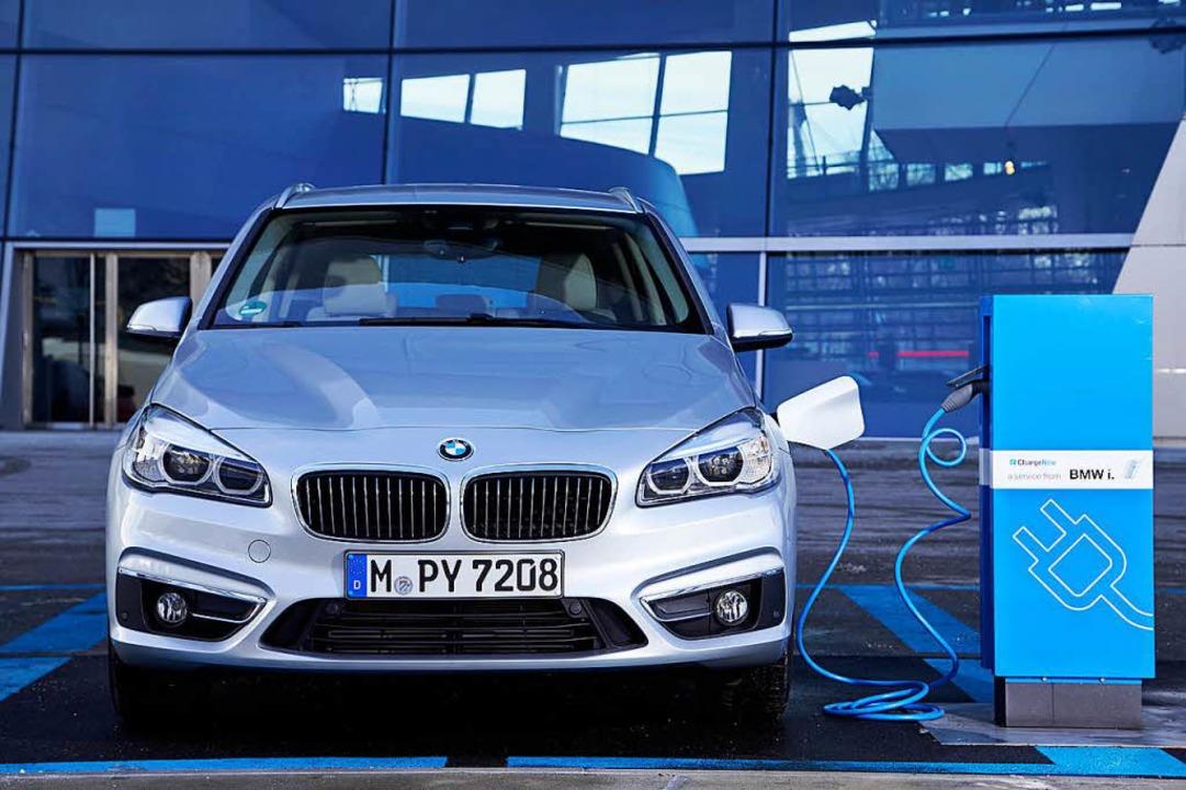 Eingestöpselt: Ein BMW 2er Active Tourer an einer Ladestation  | Foto:  Fabian Kirchbauer/BMW/dpa