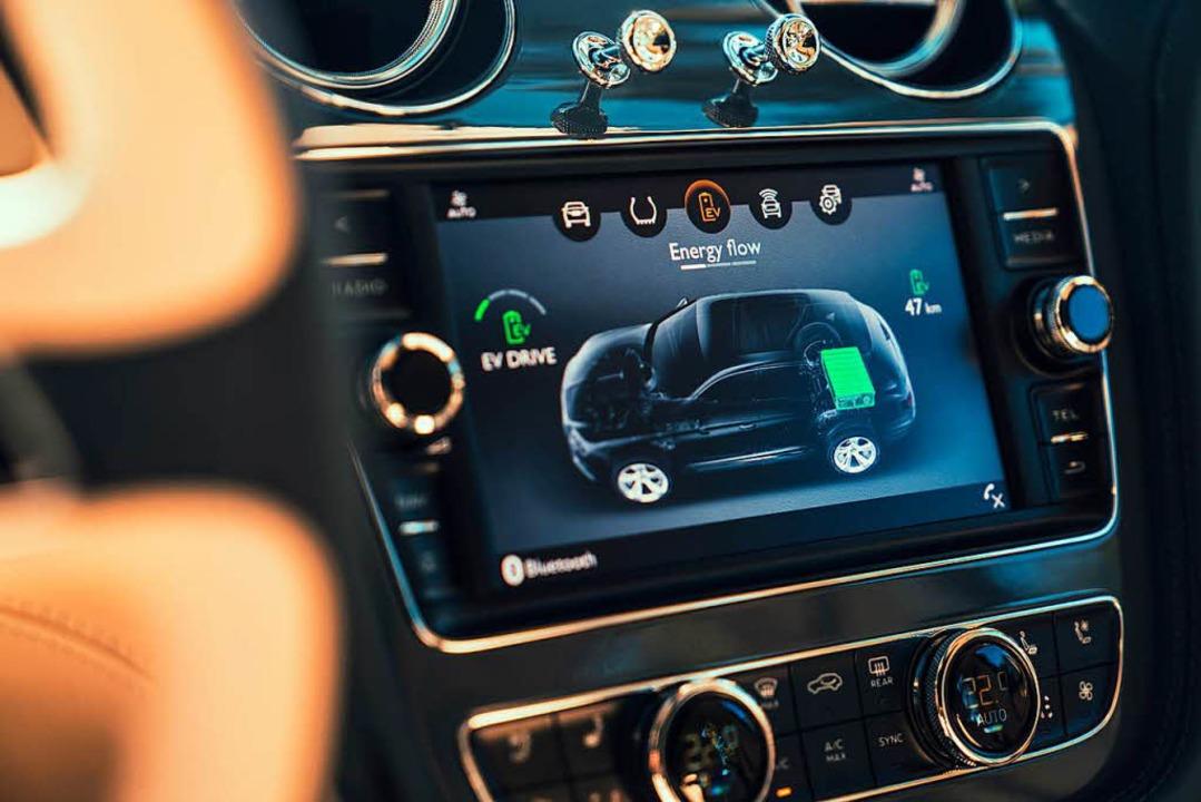 Elektromanagement im Luxus-SUV Bentley... die elektrische Reichweite angezeigt.  | Foto: Richard Pardon/Bentley/dpa