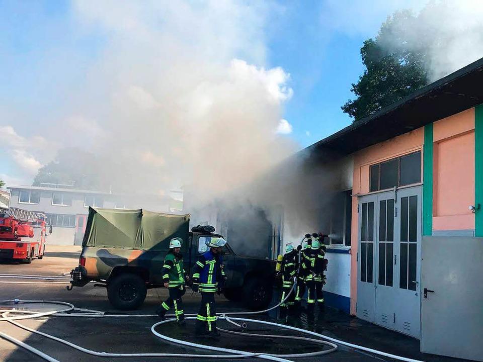 Das Schwimmbad in Achern ist gegen 17 ...zten Halle zu einem Brand gekommen war    Foto: Roland Spether