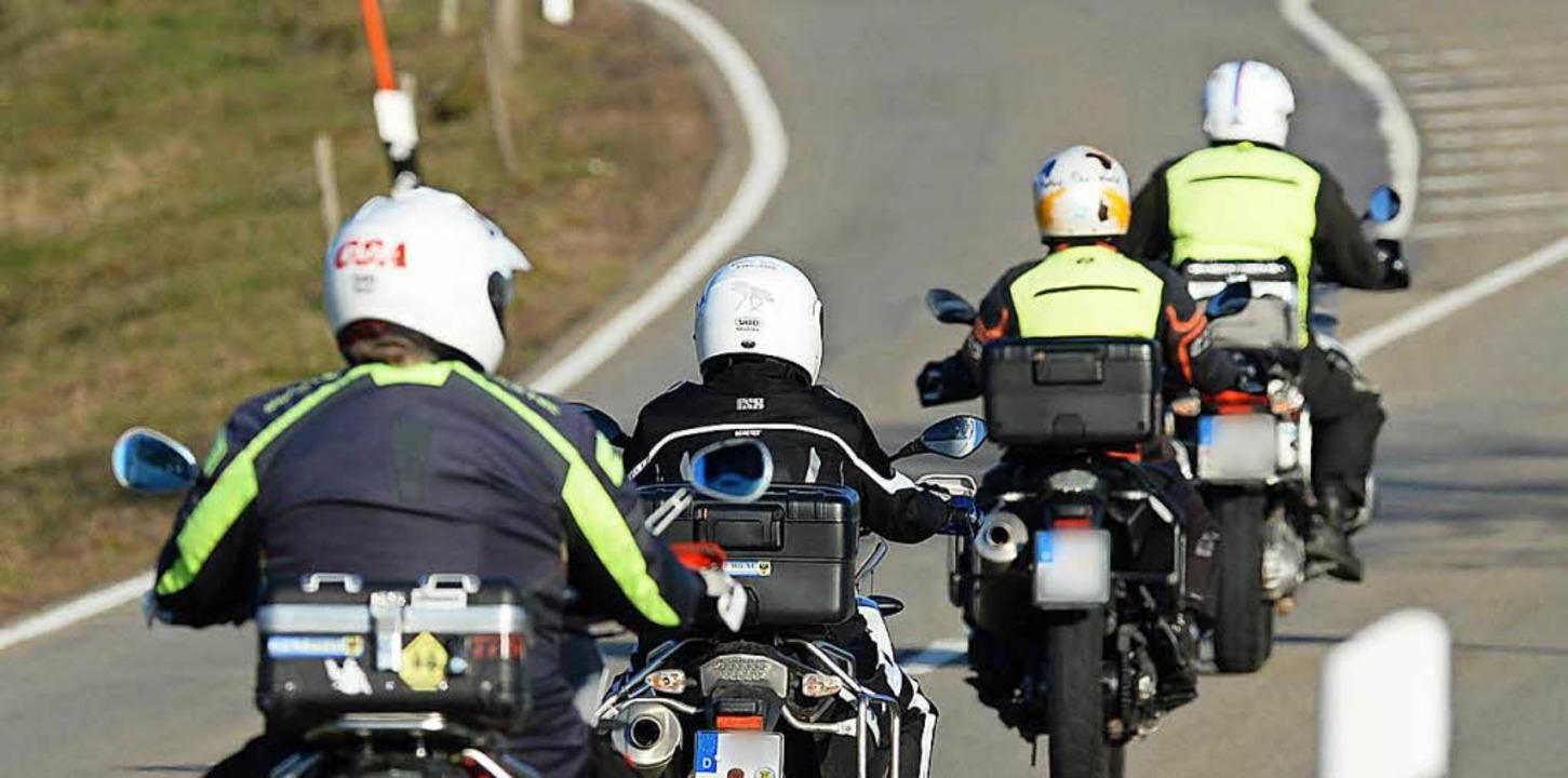 Ein  25-Jähriger hat sich am Samstag b...Gruppe vorausfahrender Biker überholt.  | Foto: dpa
