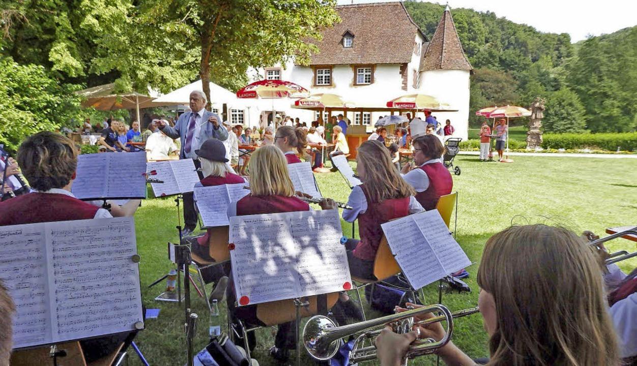 Der Musikverein spielte auf der Wiese vor dem Wasserschloss zum Konzert auf.   | Foto: Johanna Högg
