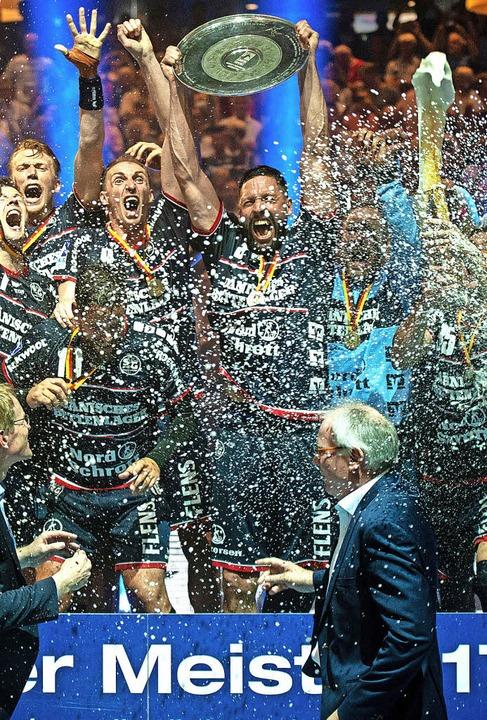 Mit viel Flüssigem feiern  Flensburgs Spieler  den Titelgewinn.   | Foto: dpa