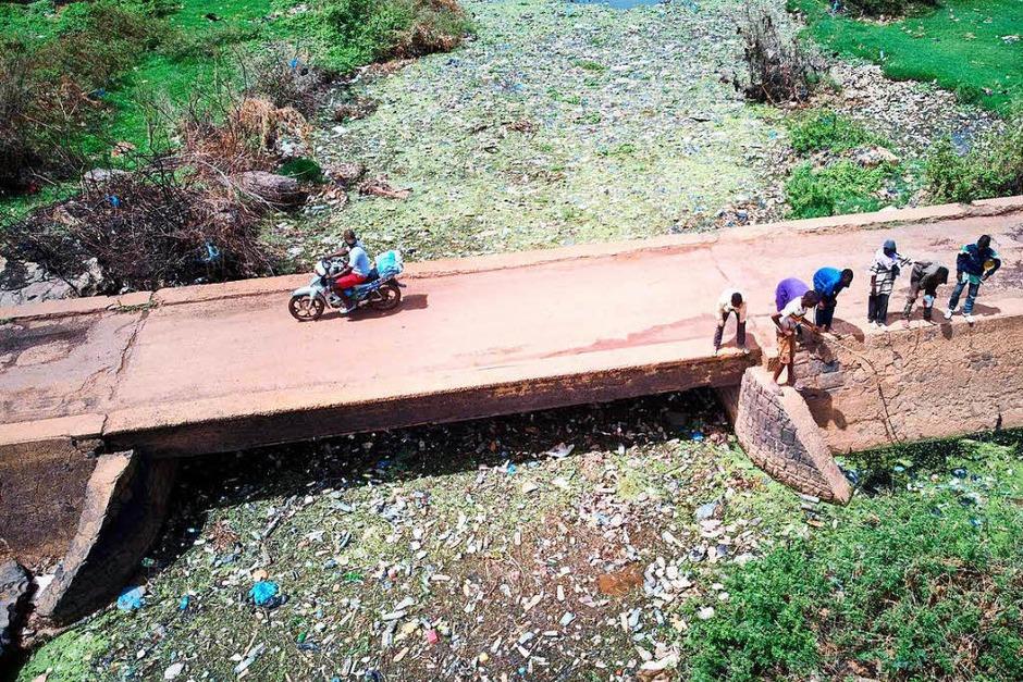 Ein Abschnitt des Flusses Niger in Bamako voller Plastikmüll und anderem Unrat. Der Tag der Umwelt soll an die Eröffnung der Konferenz der Vereinten Nationen zum Schutz der Umwelt am 5. Juni 1972 in Stockholm erinnern. (Foto: AFP)