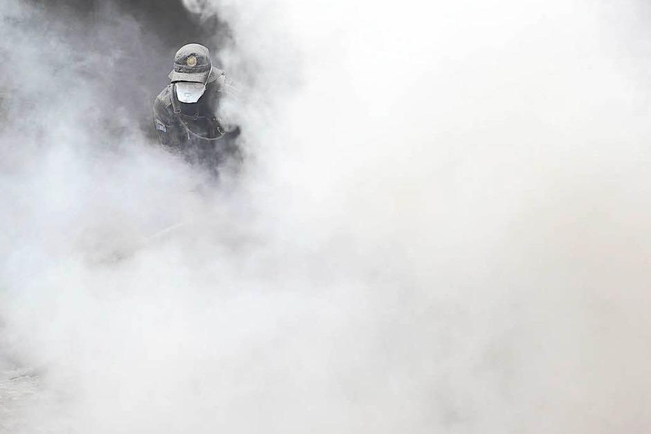 In den Dörfern rund um den Feuervulkan gruben Armee, Polizei und Helfer am Montag (Ortszeit) durch Asche und Schuttmassen auf der Suche nach Vermissten. Rund 3200 Menschen mussten in Sicherheit gebracht werden. (Foto: dpa)
