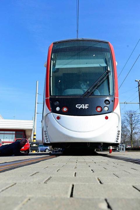 Von dem Bahn-Typ mit dem Lächeln solle...nn insgesamt 17 durch Freiburg fahren.  | Foto: Ingo Schneider