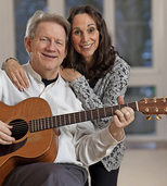 Spirituelle Musik mit Gitarre und Gesang ertönt in der Mutterhauskirche in Gengenbach