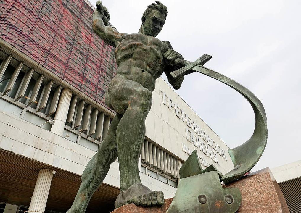Kulturell: Skulptur am Eingang der Neuen Tretjakowgalerie  | Foto: Friedemann Kohler