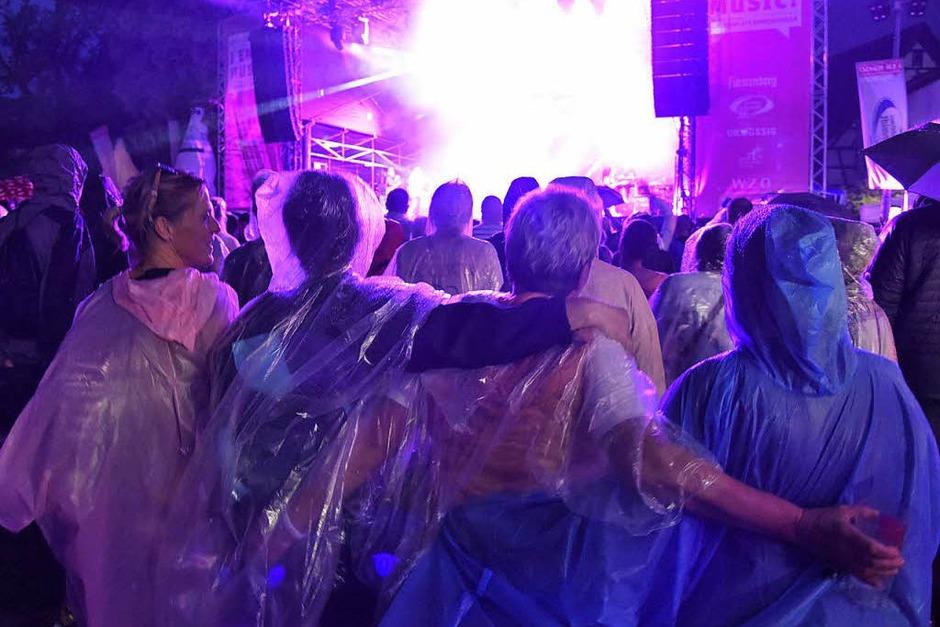 Gemeinsam feiern und dem Regen trotzen (Foto: Markus Zimmermann)