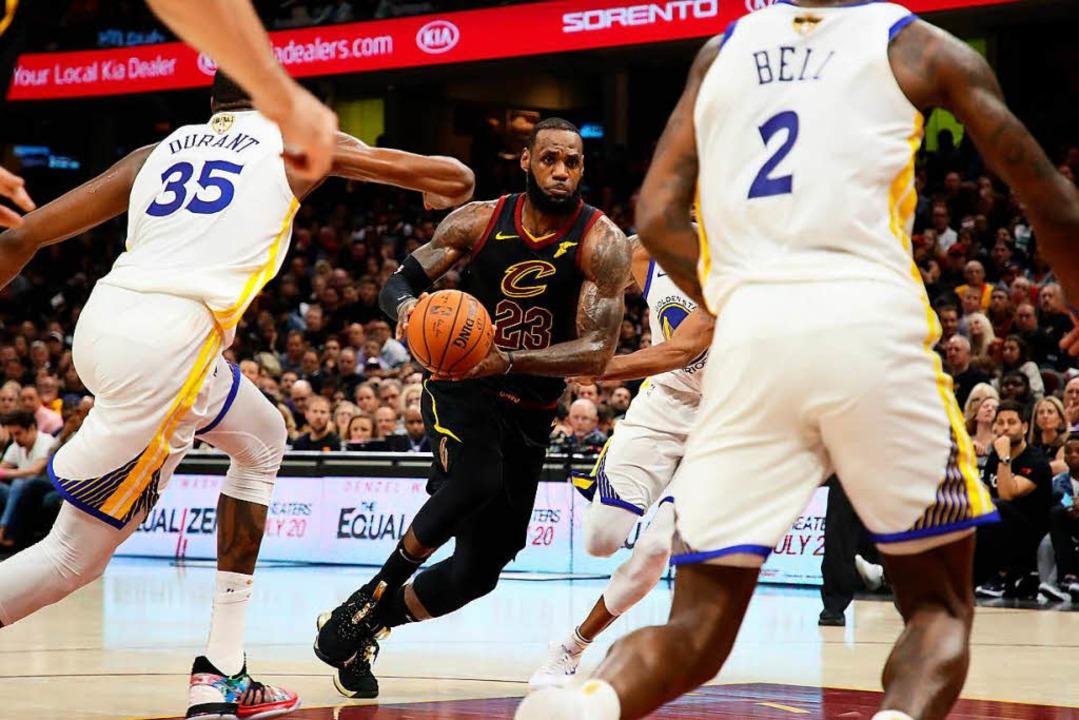 Superstar LeBron James konnte auch geg...ge seiner Cavaliers nichts ausrichten.  | Foto: AFP