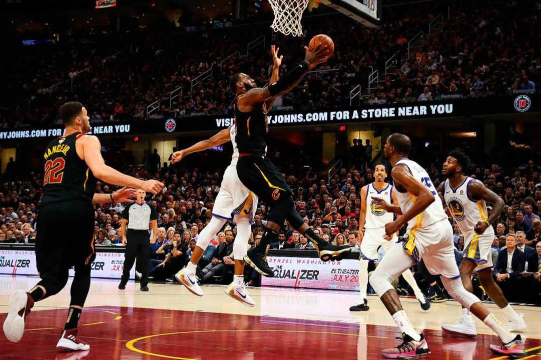 LeBron James im Spiel gegen die Golden State Warriors.  | Foto: AFP