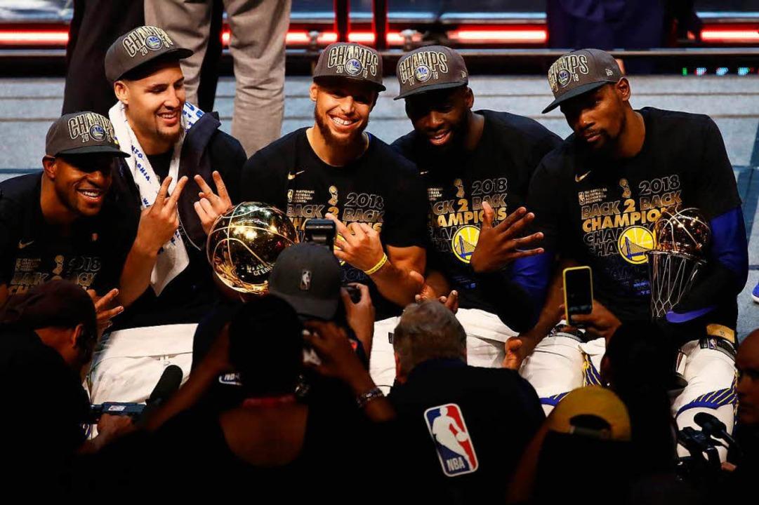 Die Sieger um Steve Curry (dritter von links).  | Foto: AFP
