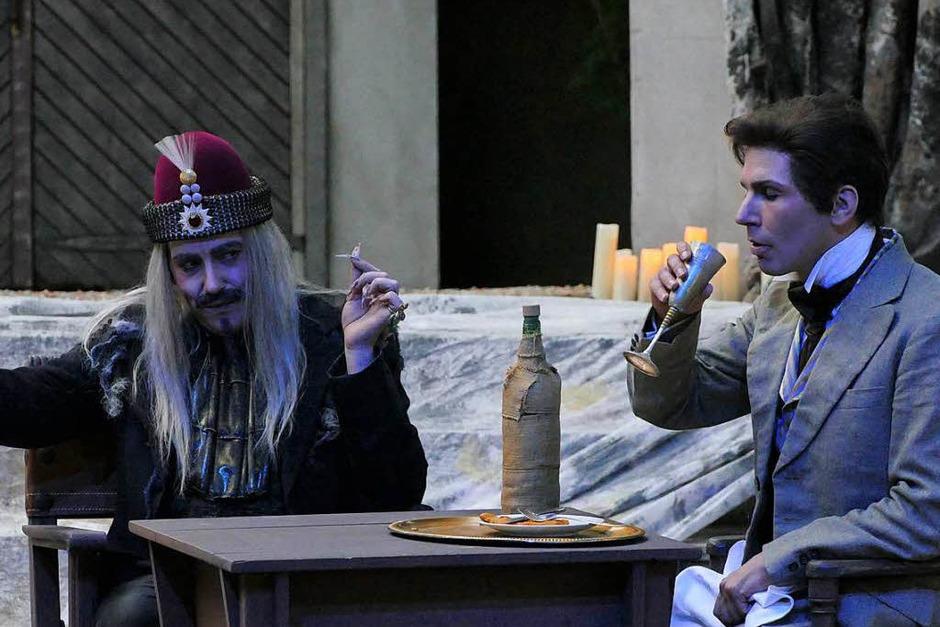 Der Anwalt Jonathan Harker (Ben Lambracht, rechts) gerät in die Fänge des Grafen Dracula (Mirco Lambracht). (Foto: Frank Kreutner)