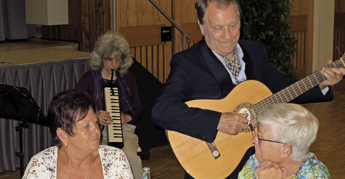 Mit nachdenklichen und lustigen Lieder...Pirman, die Gäste beim Mundart-Dinner.  | Foto: Jutta Schütz