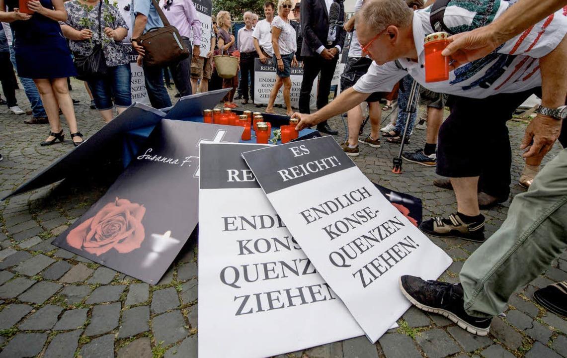Plakate einer Mahnwache der AfD in Mainz  | Foto: dpa