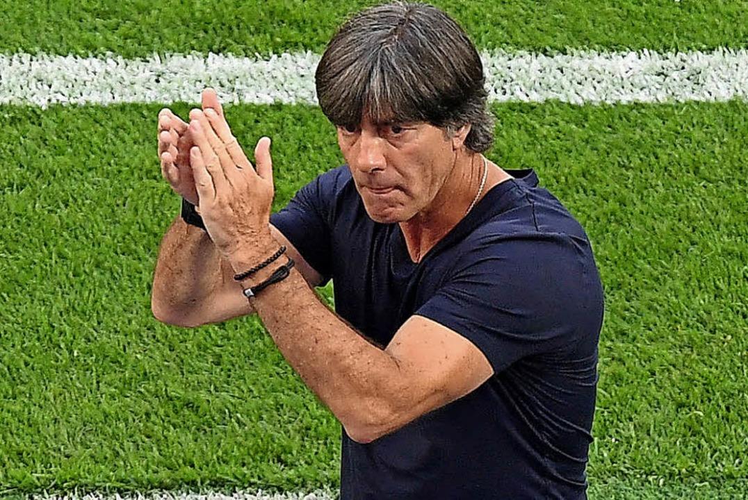 Beifall klatschen fällt Bundestrainer ...er um Ilkay Gündogan und Mesut Özil.    | Foto: dpa