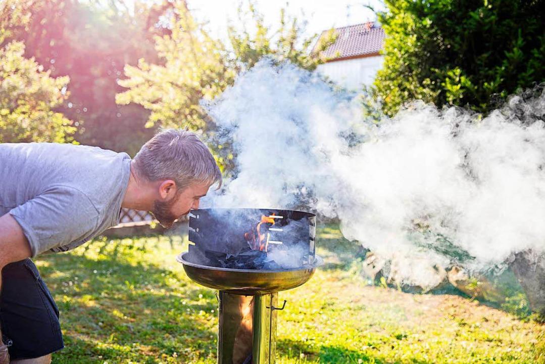 Für viele Fans untrennbar: Grillen und...tsche Nationalelf bei der WM anfeuern.  | Foto: Bausparkasse Schwäbisch Hall/Scheyhing