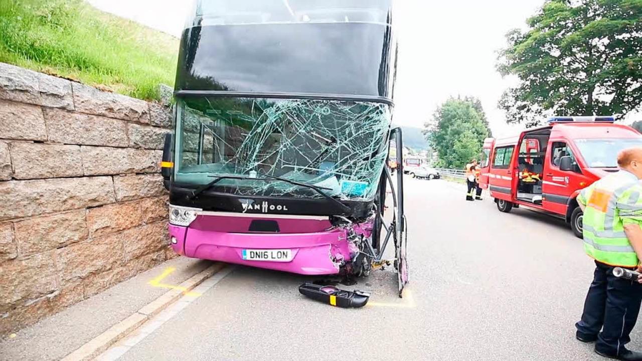 Im Schwarzwald ist ein Audi einen Reisebus gekracht.  | Foto: kamera24