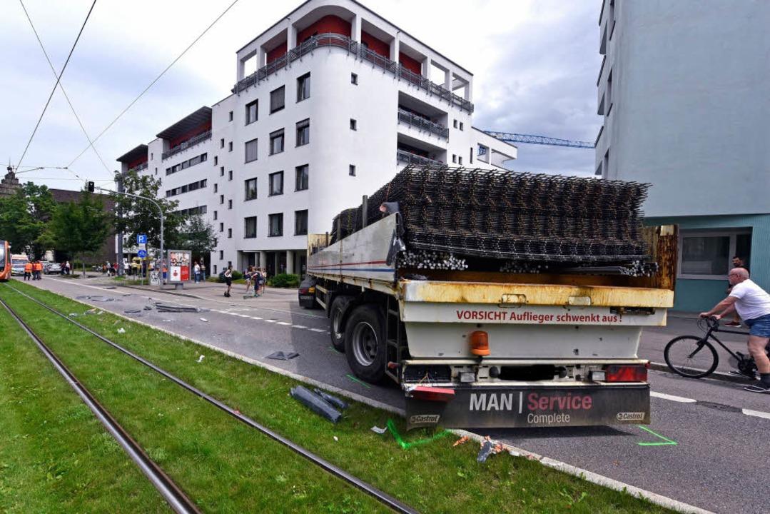 Beim Ausschwenken krachte der Laster in die Bahn.  | Foto: Michael Bamberger