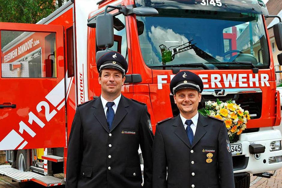 Der Abteilungskommandant der Wellendinger Feuerwehr Ralf Selb (rechts) und sein Stellvertreter Benedikt Albert vor dem neuen LF20KatS. (Foto: Wolfgang Scheu)