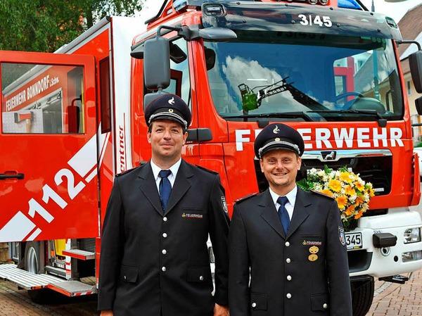 Der Abteilungskommandant der Wellendinger Feuerwehr Ralf Selb (rechts) und sein Stellvertreter Benedikt Albert vor dem neuen LF20KatS.