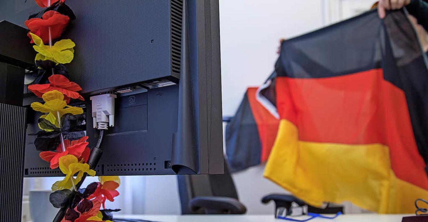 Das WM-Fieber steigt langsam. Manchmal...in der Entscheidung des Arbeitgebers.   | Foto: Kristin Klos (dpa)