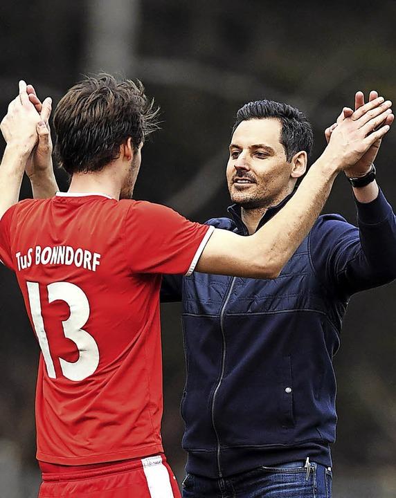 Zusammenhalt: Bonndorfs Trainer Björn ...te beim TuS ein Bezirksliga-Topteam.      Foto: wolfgang scheu