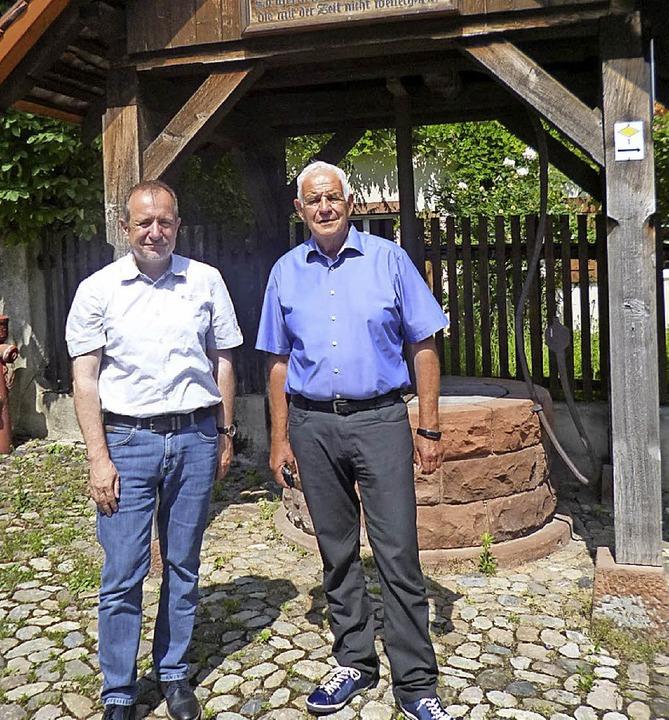 Bürgermeister Friebolin (links)  erläu...tickelberger, was Eimeldingen bewegt.   | Foto: Cyperrek