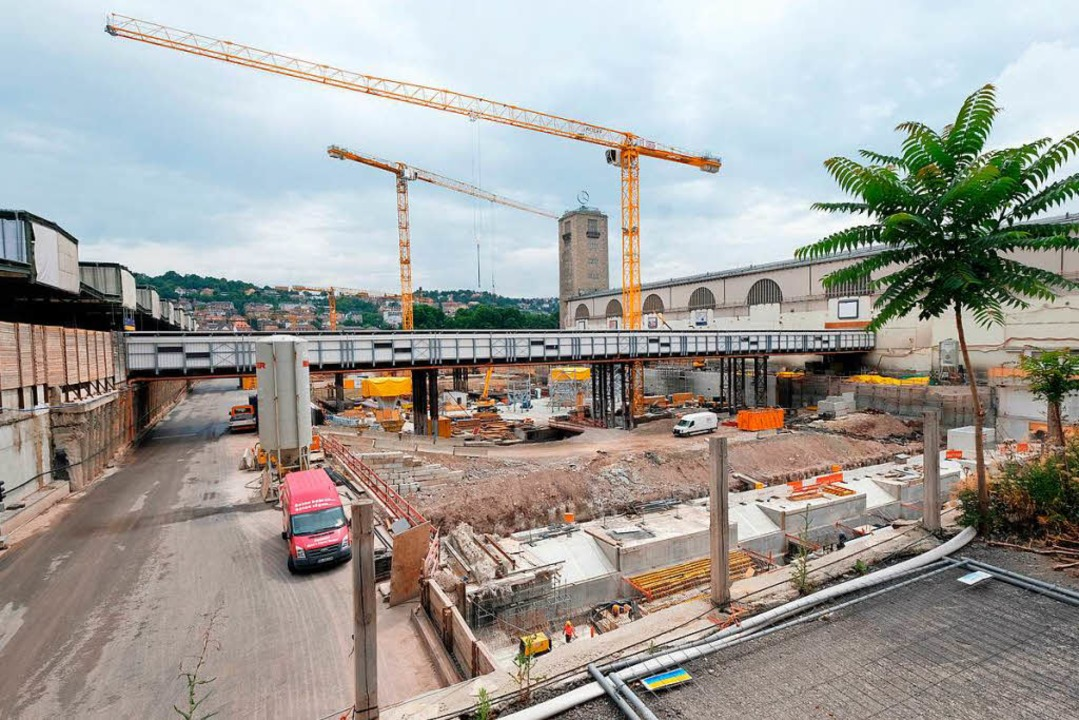 Der Bau des Tiefbahnhofes in Stuttgart...it, für einen Umstieg, sagt die Bahn.   | Foto: dpa