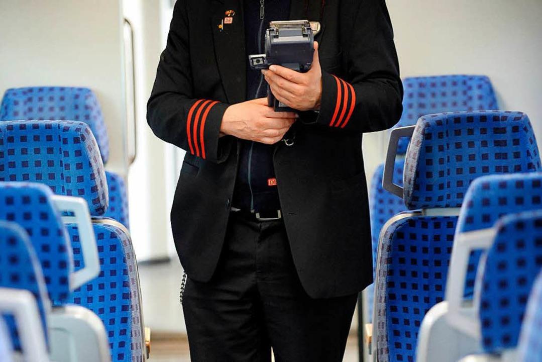 Die Anklage wirft dem Zugbegleiter vor...ell missbraucht zu haben (Symbolbild).  | Foto: dpa