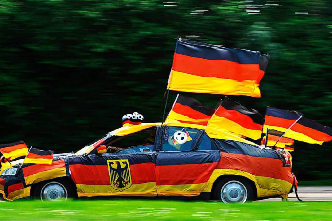 Dieser Autofahrer lässt keine Zweifel ... alles erlaubt, was dem Fan gefällt.    | Foto: Julian Stratenschulte (dpa)
