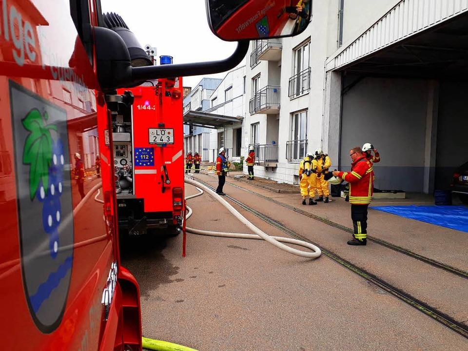 Die Feuerwehr ist mit etwa 40 Mann und acht Fahrzeugen im Einsatz.  | Foto: Victoria Langelott